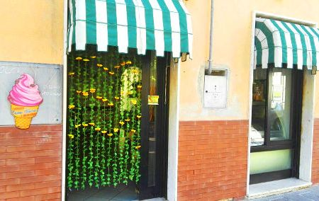 Immagine che mostra l'ingresso della gelateria Dolci Tentazioni