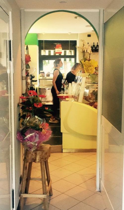 Proprietaria dell'attività Dolci Tentazioni mentre serve il gelato ai clienti