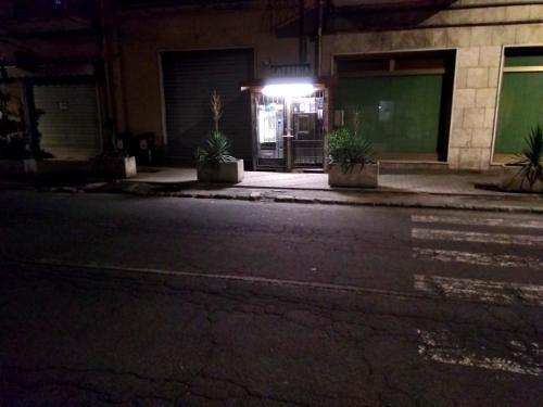 Foto che mostra il distributore automatico del latte nella sua via