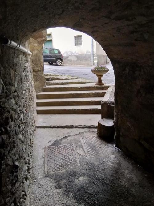 Foto di un carruggio coperto scattata dall'interno