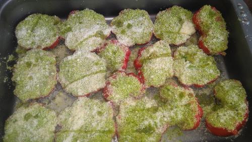 Teglia di pomodori alla marchigiana, pronti per essere infornati.